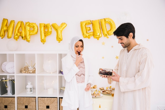 Eid al-fitrを祝うイスラム教徒のカップル