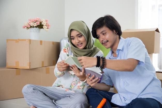 Muslim couple choosing paint