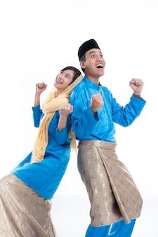 イスラム教徒のカップル探しています。スタジオ写真のcopyspaceのアイデア