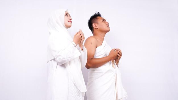 イスラム教徒のカップルが孤立して祈る