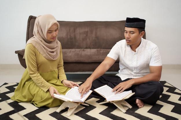 聖クルアーンを読んでイスラム教徒のカップル