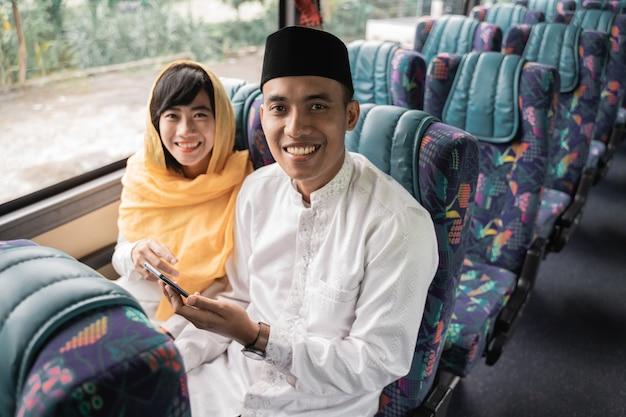 집에서 가족을 만나기 위해 이드 무바라크 휴가 기간 동안 버스로 무슬림 커플 여행