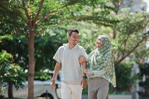 Мусульманская пара гуляет вместе