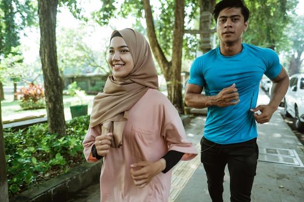 公園で屋外運動するときに一緒にジョギングをしているイスラム教徒のカップル