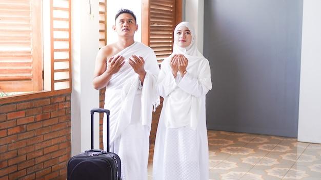 Мусульманские семьи молятся о переходе в умру