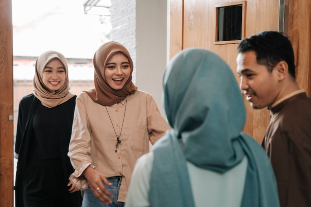 イスラム教徒の家族と友人がイードムバラクを受け入れる