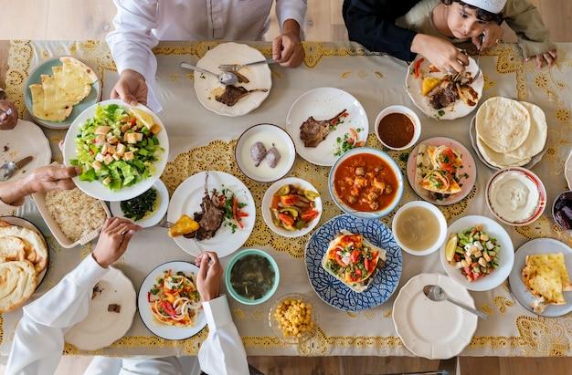 ラマダンの饗宴をしているイスラム教徒の家族