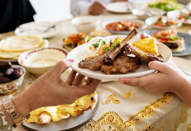 Мусульманская семья, имеющая праздник рамадан