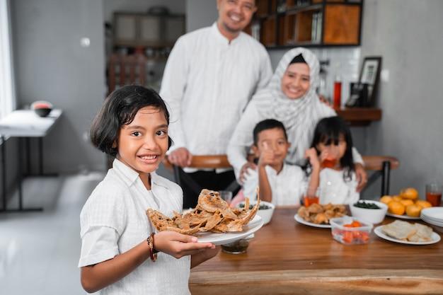 Мусульманская семья обедает на ифтар