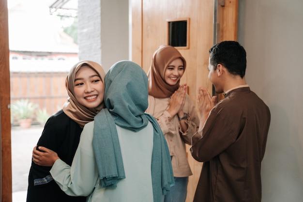 イスラム教徒の家族がイードムバラクのお祝いで抱擁