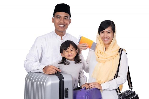 Мусульманская семья с чемоданом и паспортом