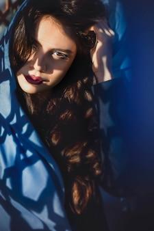青い服装のイスラム教徒のファッションモデル