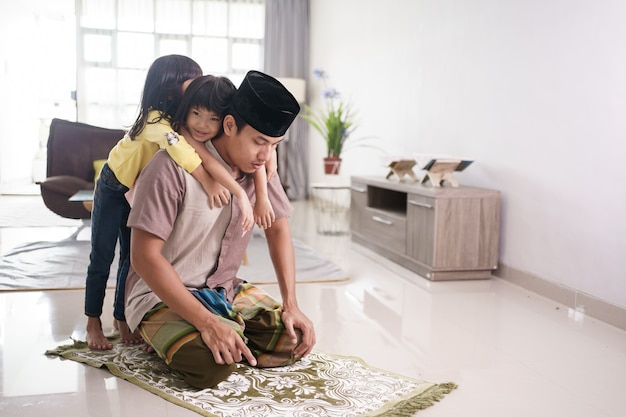 Отец-мусульманин, которого беспокоила его дочь, когда молился дома