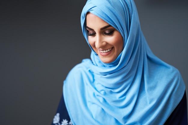 도서관에서 학습하는 이슬람 여성 학생