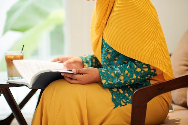 Мусульманская студентка читает книгу
