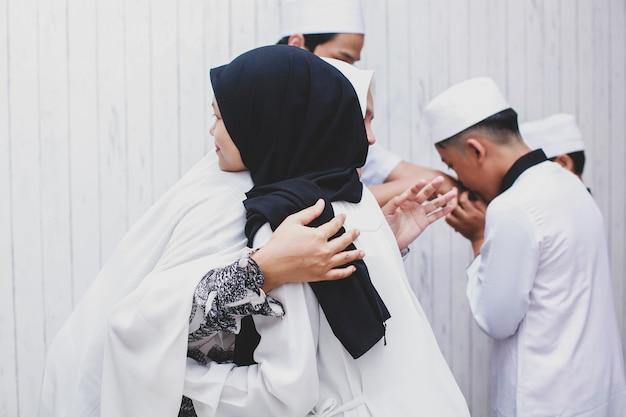 Друг-мусульманин и семья приветствуют друг друга в празднике ид мубарак