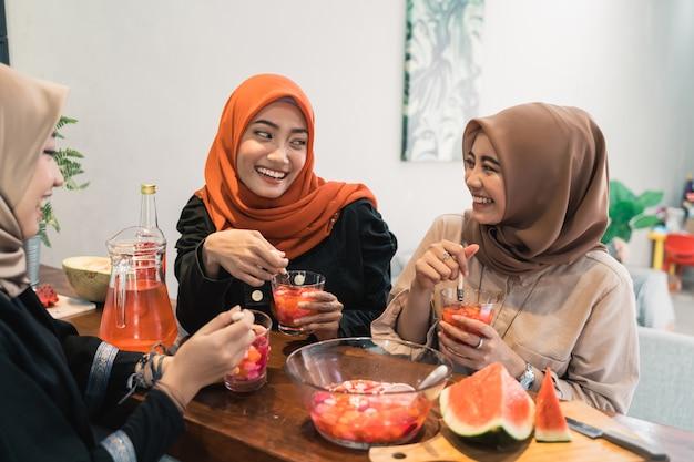 Друг-мусульманин нарушает пост в рамадане