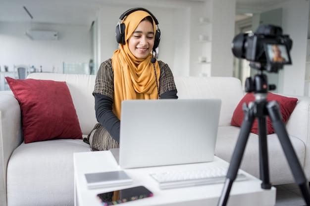 ビデオコンテンツのストリーミングを持つイスラム教徒の少女