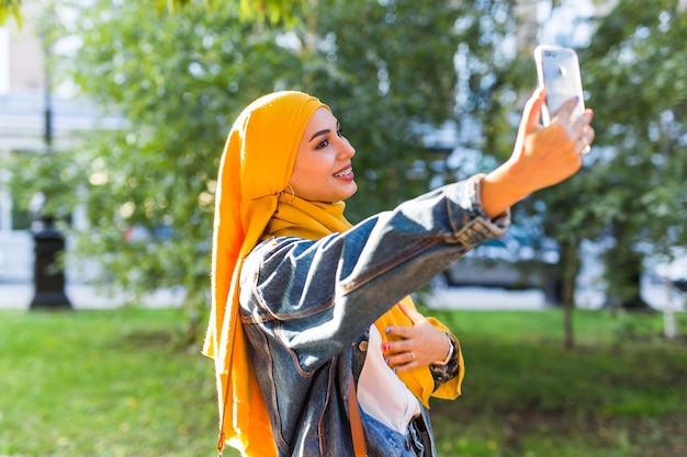 ヒジャーブのイスラム教徒の少女が自分撮りをします