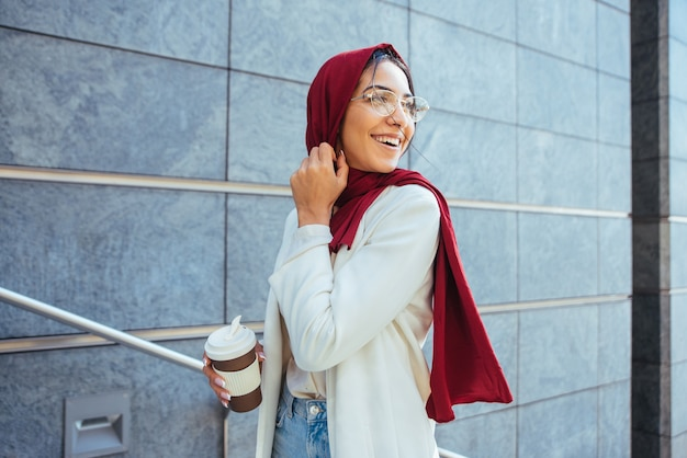 평상복과 전통 히잡 초상화를 입은 이슬람 소녀 - 세련된 옷을 입은 아름다운 아라비아 여성