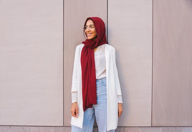 평상복과 전통 히잡 초상화를 입은 이슬람 소녀