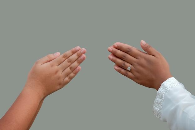 イスラム教徒の手の指先のタッチジェスチャー