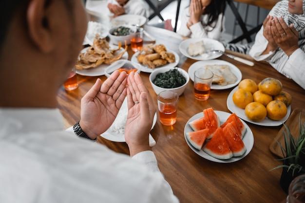 食べる前に祈るイスラム教徒の手