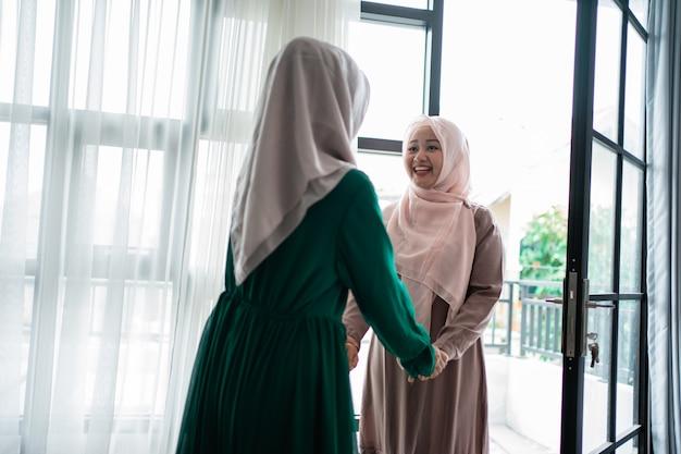 무슬림 히잡 여자는 행복하게 그녀의 자매를 만난다