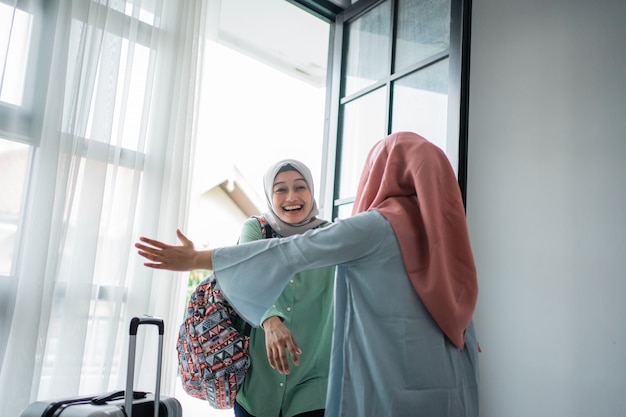 Мусульманка хиджаб женщина счастлива встречает свою сестру