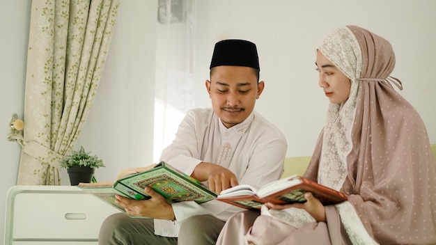 Муж-мусульманин помогает жене читать коран