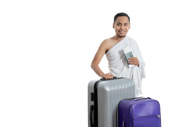 Муж-мусульманин в белой традиционной одежде