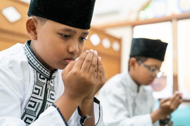 Мусульманин молится богу
