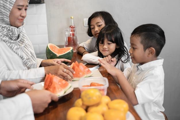 イスラム教徒の子供が夕食の準備