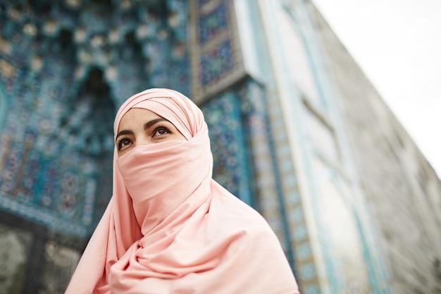 ヒジャーブで顔を覆っているイスラム教徒の女性
