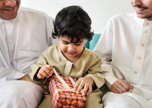 그의 가족과 함께 무슬림 소년