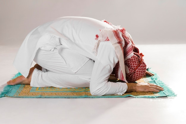 敬意の正面にイスラム教徒の男の弓