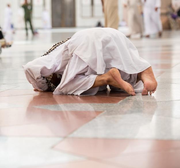 聖母への訪問を楽しむイスラム教徒の男