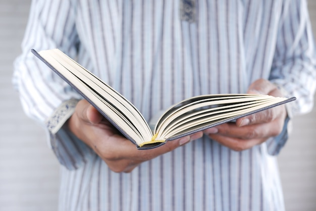 이슬람 남자 손을 잡고 거룩한 책 꾸란 복사 공간