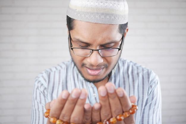 무슬림 남자는 라마단 동안기도 제스처에 손을 가까이
