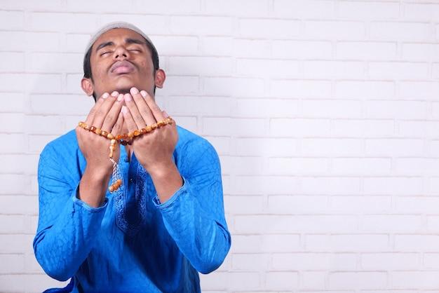 Мужчина-мусульманин молится во время, крупным планом