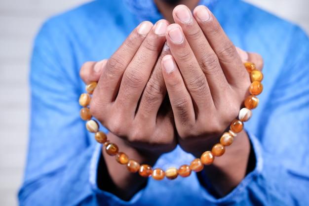 Мужчина-мусульманин молится во время рамадана, крупным планом