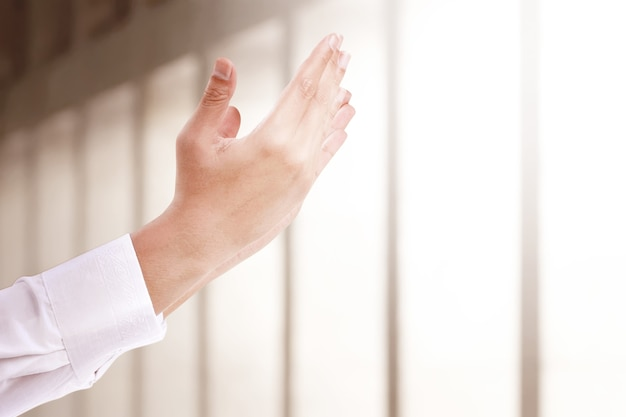 Мужчина-мусульманин поднял руки и молился в мечети