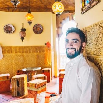 Uomo musulmano che si siede nel ristorante