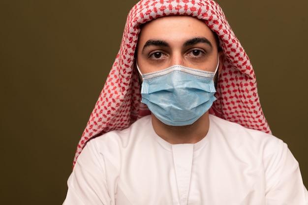 医療マスクを身に着けているイスラム教徒の男性