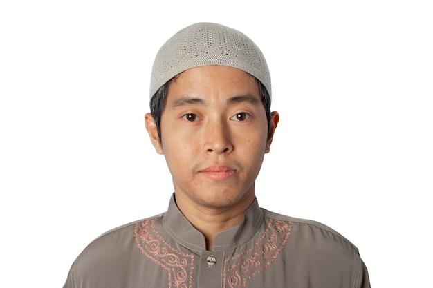 흰색 배경에 고립 된 코피아 모자를 쓰고 이슬람 남자. 클리핑 패스.