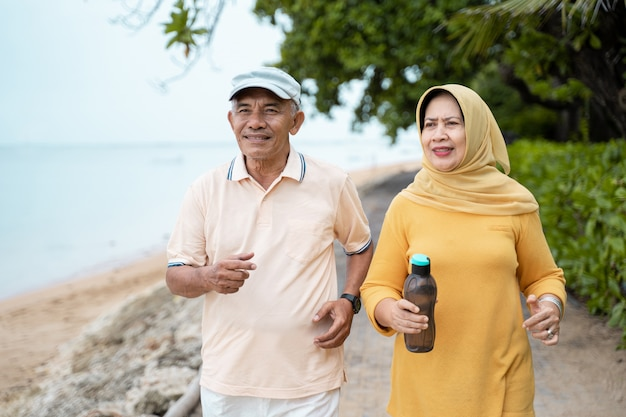 一緒にジョギングをしているイスラム教徒の成熟したカップル