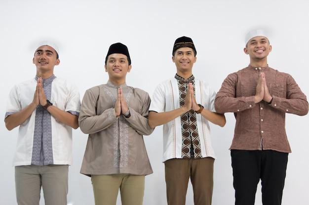 イスラム教徒の男性のグループ写真撮影
