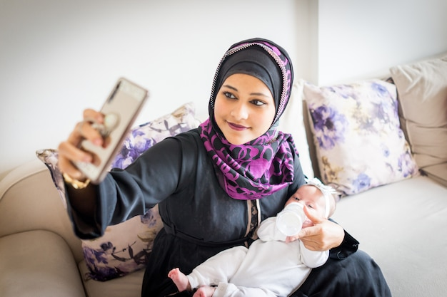 イスラム教徒の母親と赤ちゃん