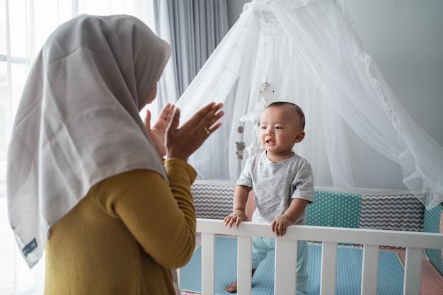 イスラム教徒の母親が子供と遊ぶ