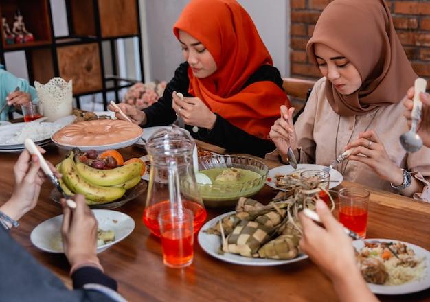 夕食を共にしているイスラム教徒の人々が一緒に断食します